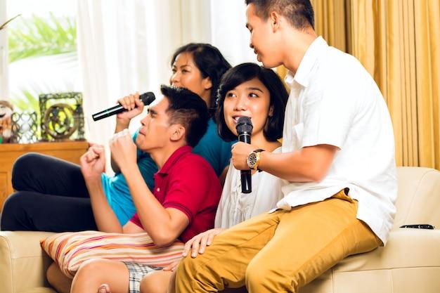 Aziatische mensen zingen op karaoke-feest