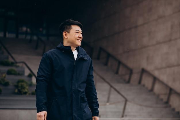 Aziatische mensentoerist die buiten de straat loopt