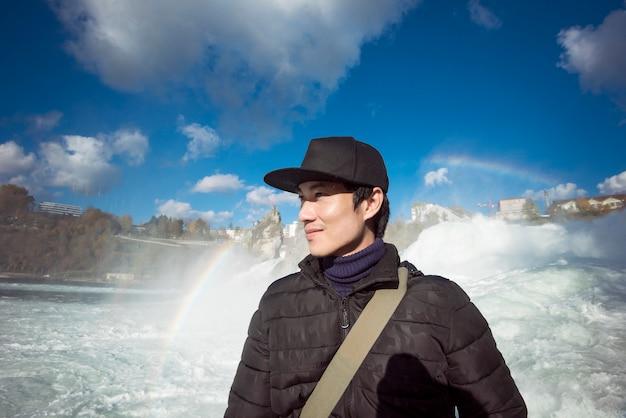 Aziatische mensentoerist met rheinfall, zwitserland