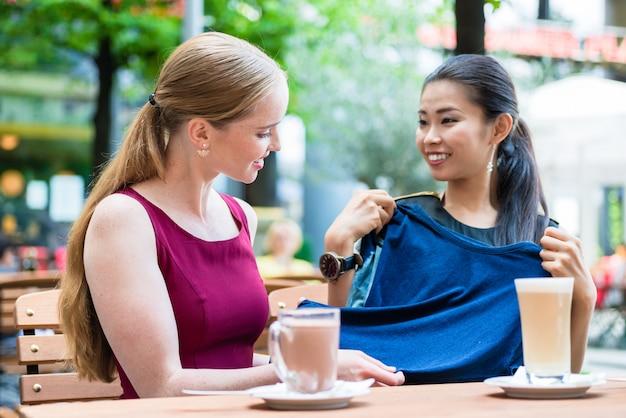 Aziatische modieuze jonge vrouw toont