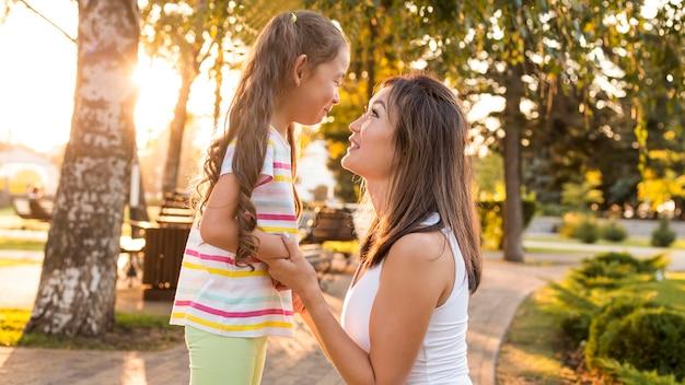 Aziatische moeder die haar kind bekijkt