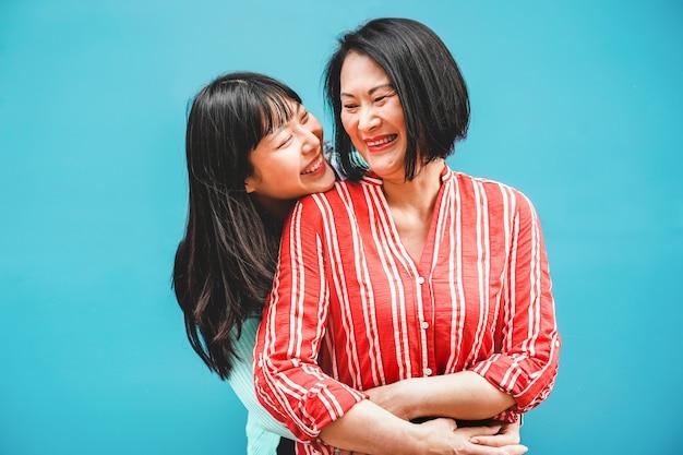 Aziatische moeder en dochter die pret hebben openlucht - gelukkige familiemensen die van tijd samen genieten