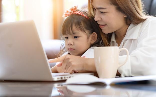 Aziatische moeder en dochter in het huis