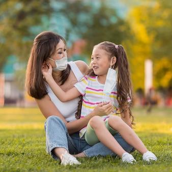 Aziatische moeder en dochter met medische maskers