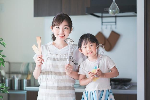Aziatische moeder en dochter uitdaging koken