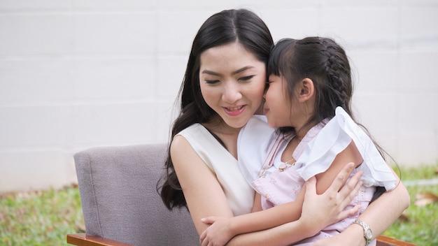 Aziatische moeder en dochter zitten plagend
