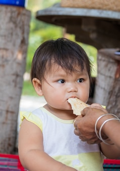 Aziatische moeder en kind eten snoep