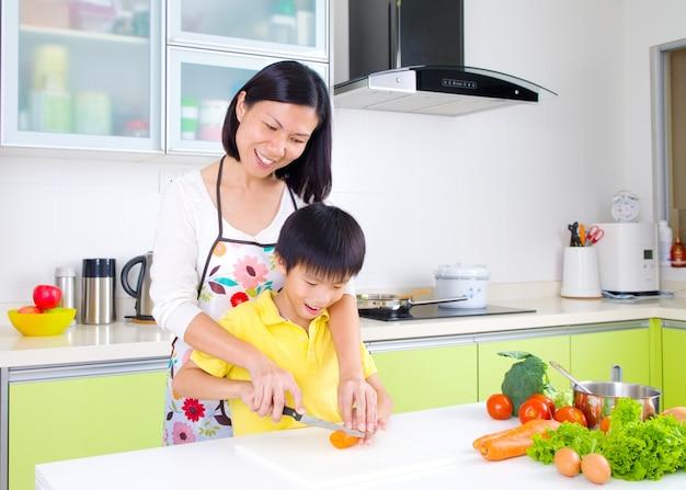 Aziatische moeder en zoon in de keuken