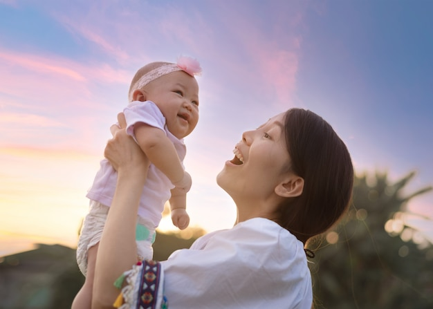 Aziatische moeder gelukkig harmonieuze familie buitenshuis.