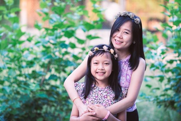 Aziatische moeder knuffelen haar dochter met liefde. moederdag en familie concept