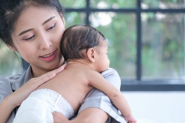 Aziatische moeder met een kind van 1,5 maand oud
