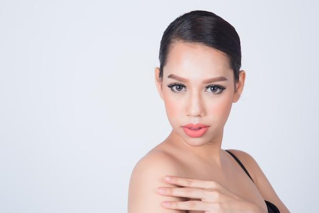 Aziatische mooie glimlach vrouw met schone huid voor huidverzorging