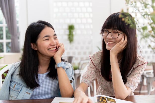 Aziatische mooie leuke meisjestiener twee die samen vriendschap of homoseksueel concept kijken.