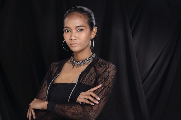 Aziatische mooie tan huid vrouw met mode make-up zwart haar, studio verlichting donkere stof achtergrond, portret half lichaam hoofd geschoten. zwart doorschijnend kant, concept luxe om deel te nemen aan een sociaal nachtevenement