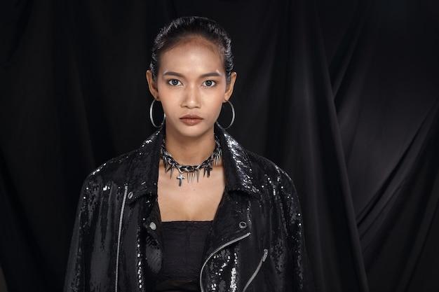 Aziatische mooie tan huid vrouw met mode make-up zwart haar, studio verlichting donkere stof achtergrond, portret half lichaam hoofd geschoten. zwart paillettenjack, concept luxe om deel te nemen aan een sociaal nachtevenement
