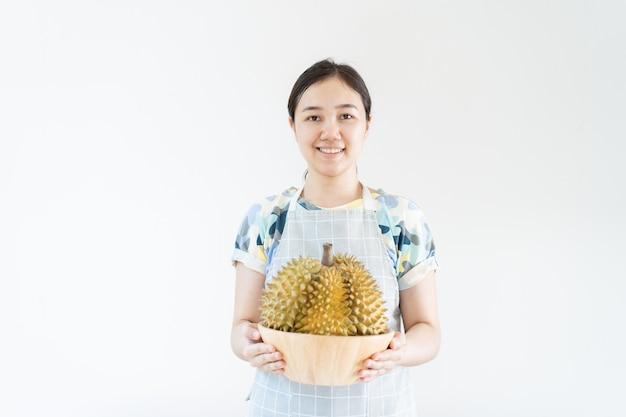 Aziatische mooie vrouw die een durian-fruit dicht omhoog dragen