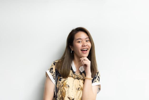 Aziatische mooie vrouw in cheongsam chinese stijl groot gelukkig blij en schattig gebaar in succes met blij en glimlach