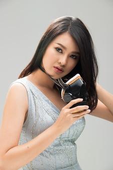 Aziatische mooie vrouw in grijze togajurk die industriële gasstofmaskerbescherming draagt, om stoffige pm 2.5 van luchtvervuilingsomgeving te voorkomen, studioverlichting grijs achtergrondhaarlicht