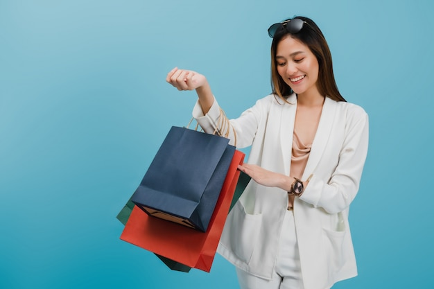 Aziatische mooie vrouwen blogger winkelen en houden boodschappentas