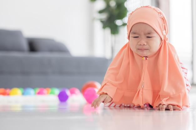 Aziatische moslim baby huilen
