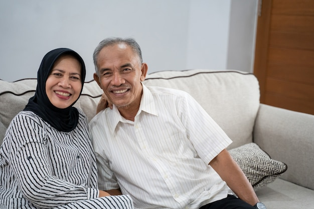 Aziatische moslim bejaarde echtpaar samen