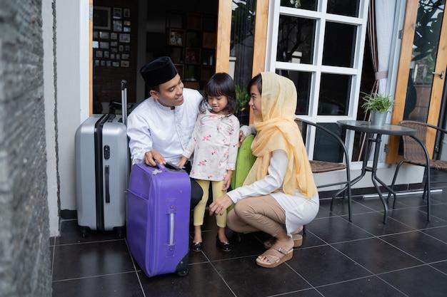 Aziatische moslim familie met koffer