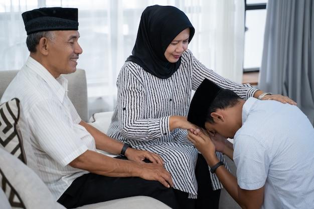 Aziatische moslim handdruk traditie