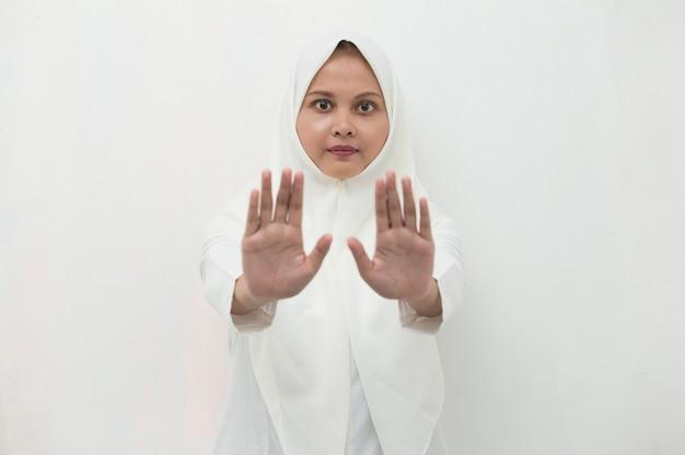 Aziatische moslim hijab vrouw toon stop handen gebaar
