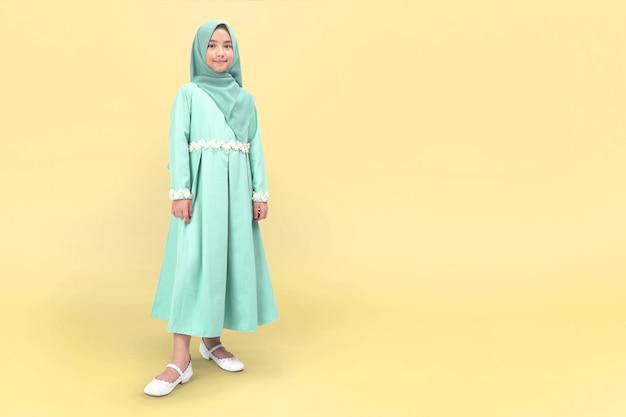 Aziatische moslim meisje in tosca jurk