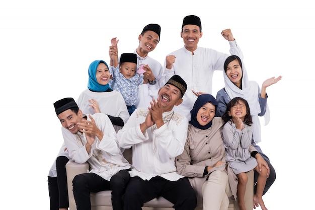 Aziatische moslimfamilie eid mubarak ramadan kareem
