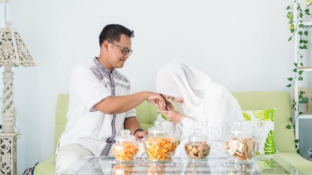 Aziatische moslimgezinnen vieren samen eid terwijl ze genieten met verontschuldigingsgebaren
