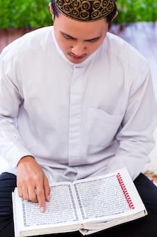 Aziatische moslimmens die koran of koran bestudeert
