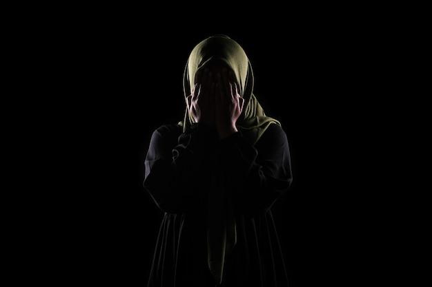 Aziatische moslimvrouw bedek haar gezicht met haar hand, stop geweld tegen vrouwen concept.
