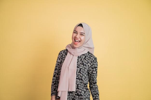 Aziatische moslimvrouw die hijab draagt met gelukkige uitdrukking