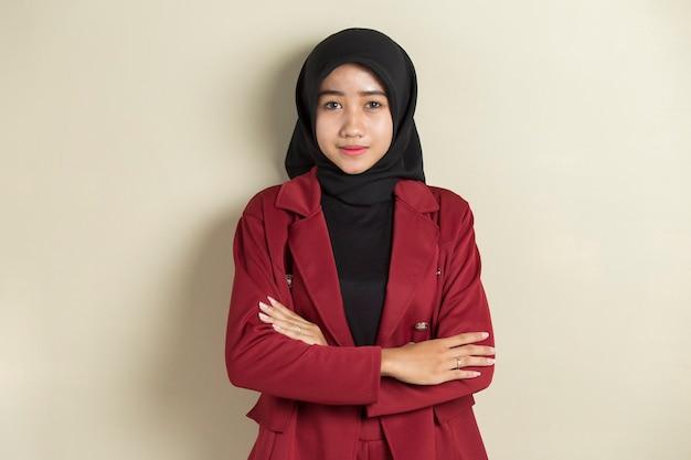 Aziatische moslimvrouw die hijab met formele uitrusting en elegante verschijning draagt.