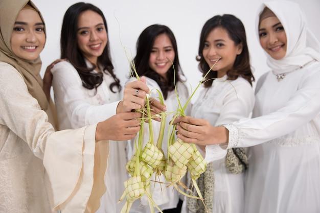 Aziatische moslimvrouw. eid mubarak-concept