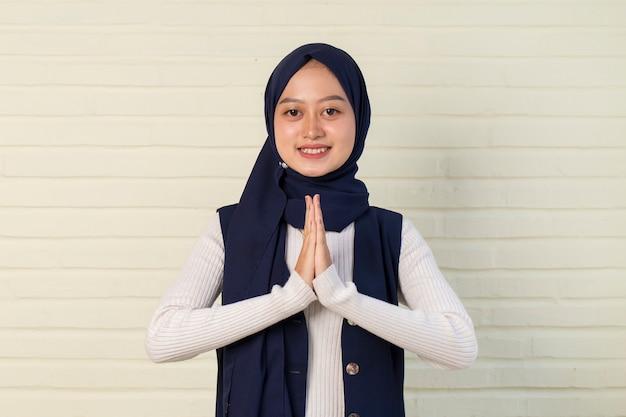 Aziatische moslimvrouw gastvrije gasten gebaar