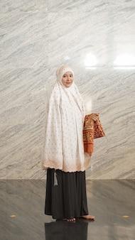 Aziatische moslimvrouw na aanbidding in de moskee