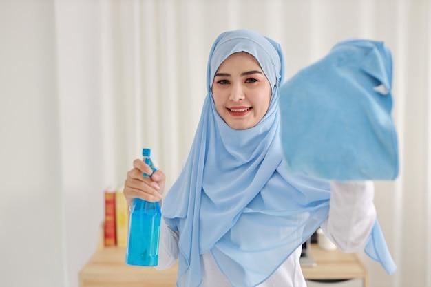 Aziatische moslimvrouw schoonmaken
