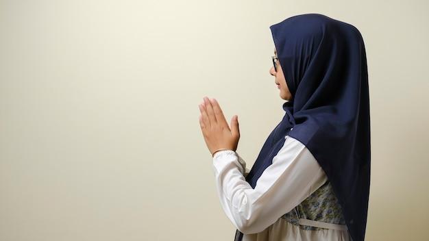 Aziatische moslimvrouwen gebaren om gasten te verwelkomen voor eid mubarak of eid fitr of eid alfitr