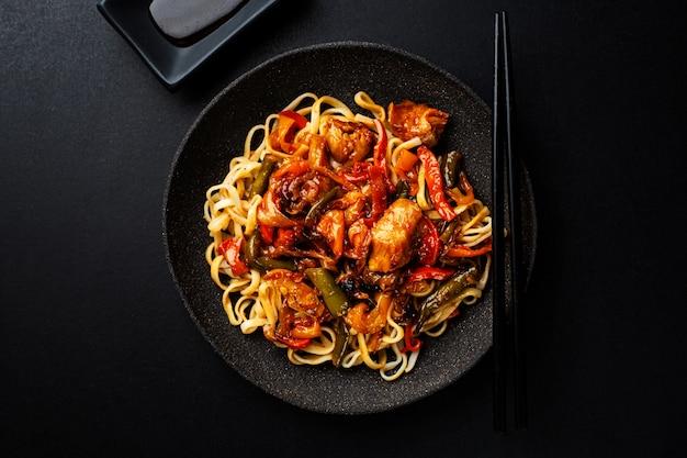Aziatische noedels gebakken met groenten