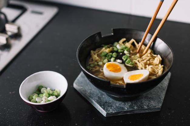 Aziatische noedels koken
