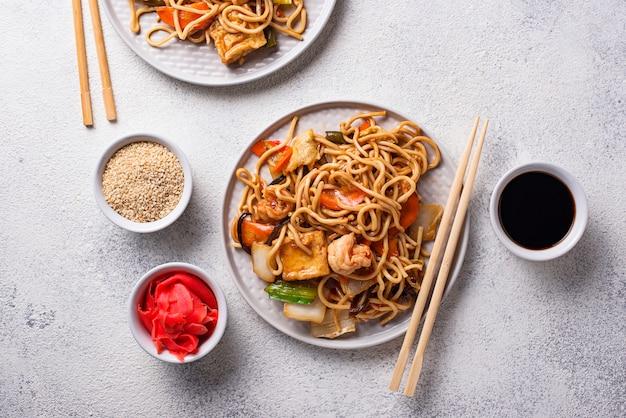 Aziatische noedels met garnalen en groenten