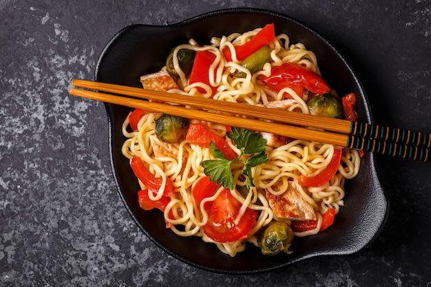 Aziatische noedels met groenten en kip.