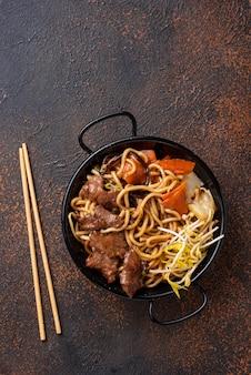 Aziatische noedels met vlees en groenten