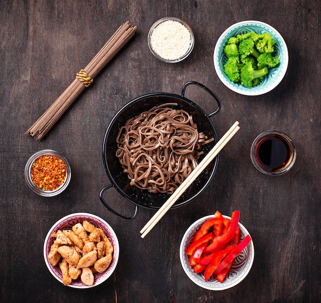 Aziatische noedelsoba met verschillende ingrediënten