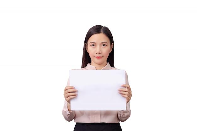 Aziatische onderneemster die leeg wit de raadsdocument van het aanplakbiljet teken met lege geïsoleerde exemplaarruimte houden