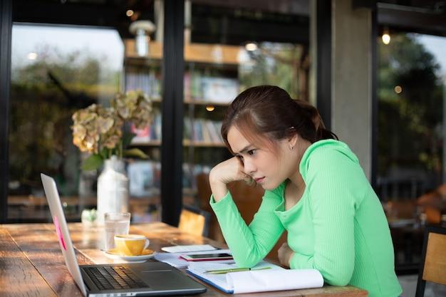 Aziatische onderneemster ernstig over het werk dat tot de hoofdpijn wordt gedaan