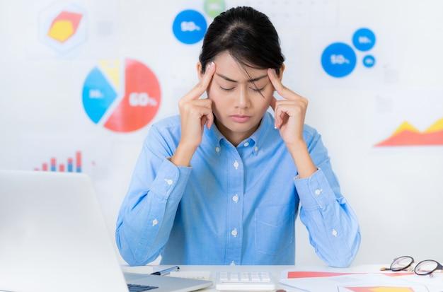 Aziatische onderneemster stressvolle situatie terwijl het werken bedrijfs en financiënconcepten.