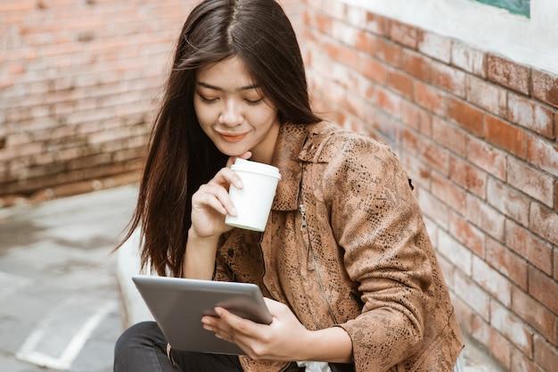 Aziatische ondernemer die aan haar tablet werkt
